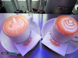 Dwie filiżanki kawy na barze