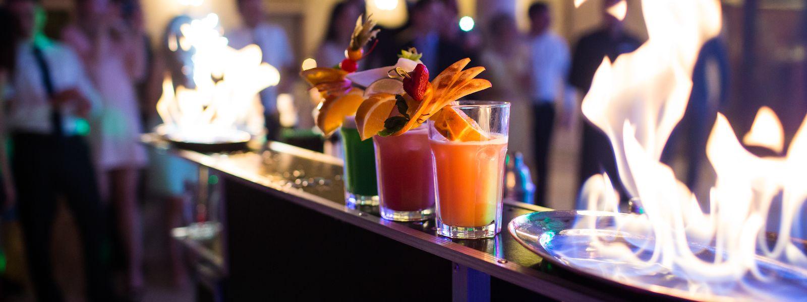 Bar z egzotycznymi drinkami na ladzie