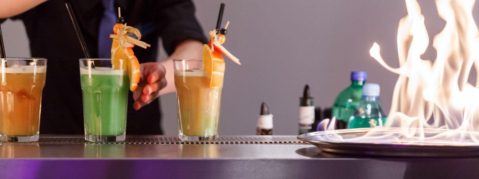 Kolorowe drinki podawane przez doświadczonego barmana