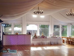 Drink bar gotowy na przyjęcie gości weselnych