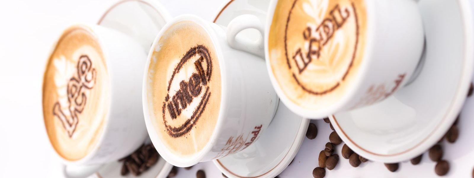 Filiżanki kawy z wzorem z cynamonu