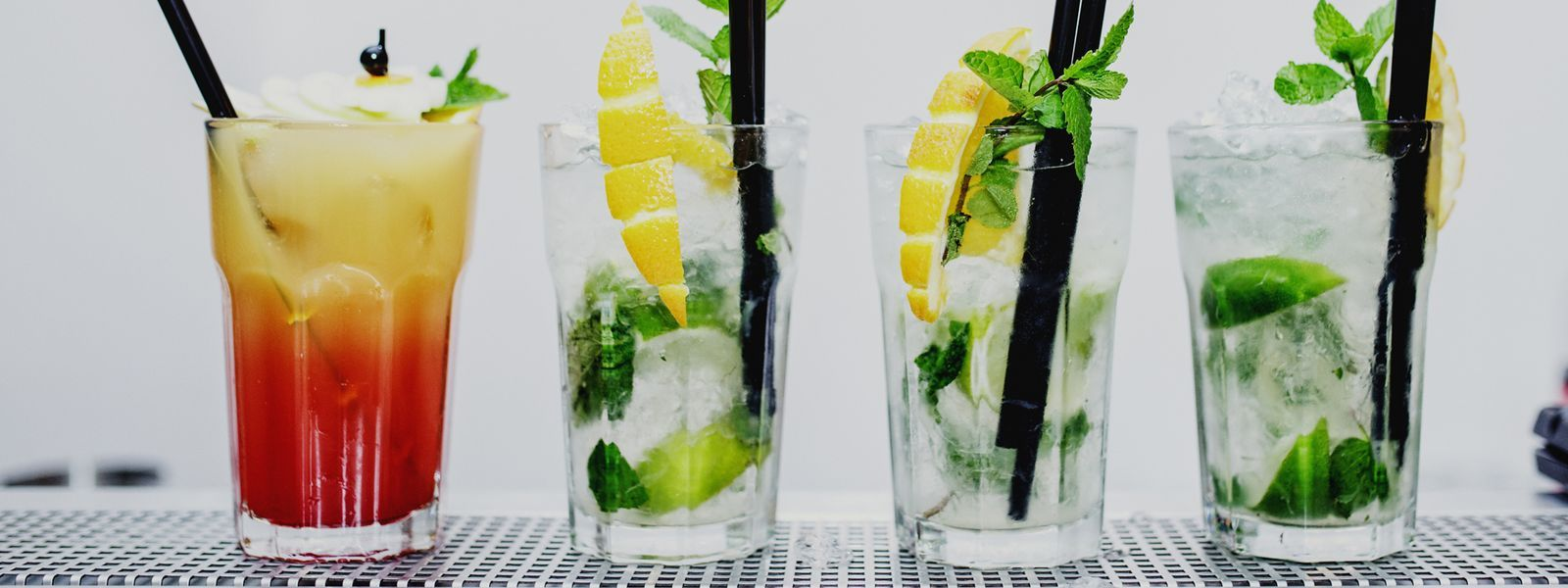 Kolorowe drinki to specjalność naszych barmanów do wynajęcia