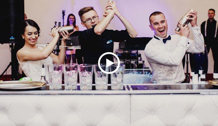 Doświadczony barman podczas pracy