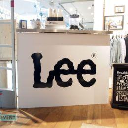 Bar kawowy ustawiony w sklepie odzieżowym Lee