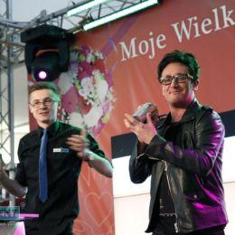 Piosenkarz Michał Wiśniewski przygotowujący drinki