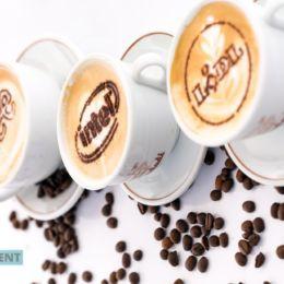 Kawy latte art z logo przedsiębiorstw