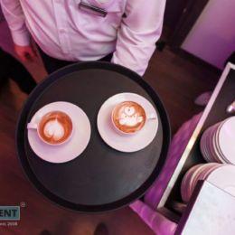 profesjonalny barista latte art na targi